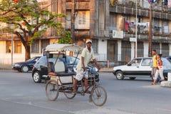Παραδοσιακό ποδήλατο δίτροχων χειραμαξών με τους malagasy λαούς σε Toamasina, Στοκ φωτογραφίες με δικαίωμα ελεύθερης χρήσης