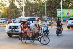 Παραδοσιακό ποδήλατο δίτροχων χειραμαξών με τους malagasy λαούς σε Toamasina, Στοκ Φωτογραφίες