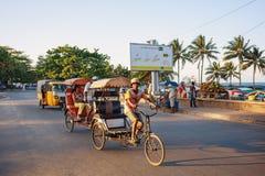 Παραδοσιακό ποδήλατο δίτροχων χειραμαξών με τους malagasy λαούς σε Toamasina, Στοκ φωτογραφία με δικαίωμα ελεύθερης χρήσης