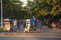 Παραδοσιακό ποδήλατο δίτροχων χειραμαξών με τους malagasy λαούς σε Toamasina, Στοκ εικόνες με δικαίωμα ελεύθερης χρήσης