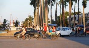 Παραδοσιακό ποδήλατο δίτροχων χειραμαξών με τους malagasy λαούς σε Toamasina, Μαδαγασκάρη Στοκ Εικόνες