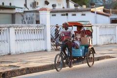 Παραδοσιακό ποδήλατο δίτροχων χειραμαξών με τους malagasy λαούς σε Toamasina, Στοκ Φωτογραφία