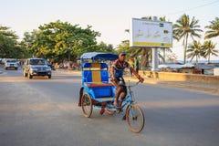 Παραδοσιακό ποδήλατο δίτροχων χειραμαξών με τους malagasy λαούς σε Toamasina, Στοκ Εικόνες