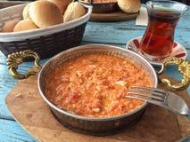 Παραδοσιακό πρόγευμα με την ομελέτα και τουρκικό τσάι στο ξύλινο tabl Στοκ εικόνες με δικαίωμα ελεύθερης χρήσης