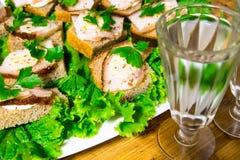 Παραδοσιακό πρόχειρο φαγητό για τους ρωσικούς και ουκρανικούς λαούς στις διακοπές Ένα σάντουιτς με το μπέϊκον, το σκόρδο και το μ Στοκ εικόνες με δικαίωμα ελεύθερης χρήσης