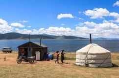 Παραδοσιακό σπίτι στην άσπρη λίμνη στη Μογγολία Στοκ Φωτογραφίες