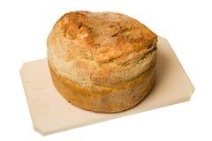 Σπιτικό ψωμί που τοποθετείται στον ξύλινο τέμνοντα πίνακα Στοκ φωτογραφία με δικαίωμα ελεύθερης χρήσης