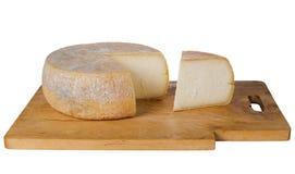 Παραδοσιακό στρογγυλό αγροτικό τυρί στον ξύλινο πίνακα Στοκ Φωτογραφίες