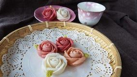παραδοσιακό ταϊλανδικό κέικ καραμελών επιδορπίων γοητείας στο κεραμικό καλάθι πιάτων και ορείχαλκου Στοκ εικόνες με δικαίωμα ελεύθερης χρήσης