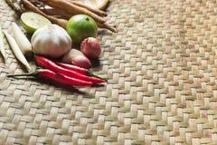 Παραδοσιακό ταϊλανδικό συστατικό χορταριών κουζίνας τροφίμων στην ψάθινη σύσταση καλαθοπλεχτικής στοκ φωτογραφίες με δικαίωμα ελεύθερης χρήσης