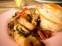 Παραδοσιακό ταϊλανδικό τριζάτο χοιρινό κρέας πιάτων με ένα τηγανισμένο αυγό Στοκ εικόνες με δικαίωμα ελεύθερης χρήσης