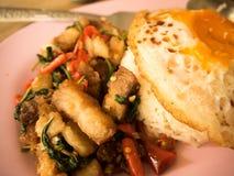 Παραδοσιακό ταϊλανδικό τριζάτο χοιρινό κρέας πιάτων με ένα τηγανισμένο αυγό Στοκ Εικόνες