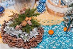 Παραδοσιακό υπόβαθρο Χριστουγέννων με τους κλάδους δέντρων έλατου και τις διακοσμήσεις Χριστουγέννων Στοκ Εικόνες
