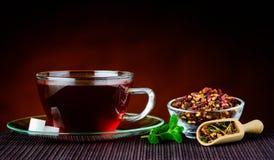 Παραδοσιακό φλυτζάνι του κόκκινου τσαγιού με τα συστατικά Στοκ Εικόνα