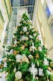 Παραδοσιακό χριστουγεννιάτικο δέντρο σε Galerija Centrs στην παλαιά Ρήγα Στοκ Φωτογραφία