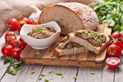 Παραδοσιακό ψωμί σίκαλης με το πατέ Στοκ Εικόνες