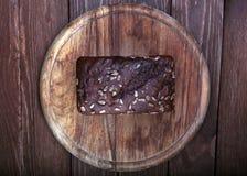 Παραδοσιακό ψωμί σε έναν ξύλινο τέμνοντα πίνακα Στοκ Φωτογραφίες