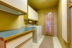 Παραδοσιακό δωμάτιο πλυντηρίων με το πάτωμα κεραμιδιών, και ξηρότερο combo πλυντηρίων Στοκ φωτογραφία με δικαίωμα ελεύθερης χρήσης