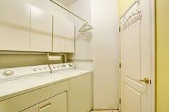 Παραδοσιακό δωμάτιο πλυντηρίων με το πάτωμα κεραμιδιών, και ξηρότερο combo πλυντηρίων Στοκ Εικόνες