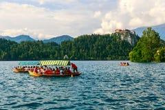 Παραδοσιακό boatsin Pletna η λίμνη που αιμορραγείται Στοκ φωτογραφίες με δικαίωμα ελεύθερης χρήσης