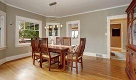 Παραδοσιακό dinning δωμάτιο με το πάτωμα σκληρού ξύλου, και φως ένωσης Στοκ Εικόνες