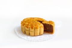 Παραδοσιακό mooncake με Durian και πλήρωση λέκιθου αυγών doily εγγράφου, Στοκ φωτογραφίες με δικαίωμα ελεύθερης χρήσης