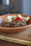 Παραδοσιακό stew κοτόπουλου και φακών σε ένα σπιτικό κεραμικό πιάτο Στοκ Εικόνες