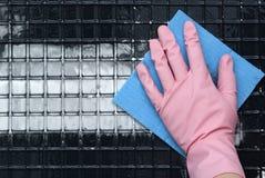 Παραδώστε ένα ρόδινο λαστιχένιο γάντι Στοκ φωτογραφία με δικαίωμα ελεύθερης χρήσης