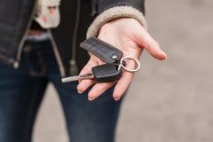 Παραδώστε τα κλειδιά της μηχανής Στοκ φωτογραφία με δικαίωμα ελεύθερης χρήσης
