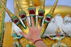 Παραδώστε τη μορφή δράκων, λεπτομέρειες Archtectural στο ναό σπηλιών τιγρών, Krabi, Ταϊλάνδη Στοκ Εικόνα