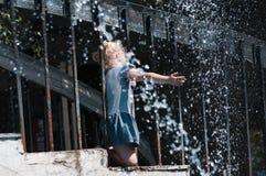 Παραδώστε τον ψεκασμό του νερού από μια πηγή στοκ εικόνες