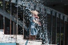 Παραδώστε τον ψεκασμό του νερού από μια πηγή στοκ εικόνα