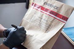 Παραδώστε το γάντι γράφοντας στην τσάντα και τη σφραγίδα στοιχείων από το κώλυμα στο χρώμιο Στοκ Εικόνα