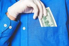 Παραδώστε το γάντι παίρνει το λογαριασμό από στενό επάνω τσεπών του Στοκ Εικόνες