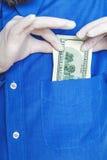 Παραδώστε το γάντι παίρνει το λογαριασμό από στενό επάνω τσεπών του Στοκ φωτογραφίες με δικαίωμα ελεύθερης χρήσης