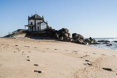 Παρεκκλησι στην παραλία Miramar - παρεκκλησι Senhor DA Pedra στοκ εικόνα