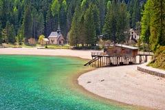 Παρεκκλησι και λίμνη Braies κατά την άποψη Apls δολομίτη Στοκ εικόνα με δικαίωμα ελεύθερης χρήσης