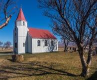 Παρεκκλησι και νεκροταφείο με το δέντρο και σκιά σε Glaumbaer, Skagafj Στοκ Εικόνες