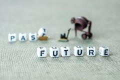 Παρελθόν λέξεων που θολώνονται και μελλοντικός αιχμηρός στο γκρίζο υπόβαθρο με μίνι Στοκ Εικόνες