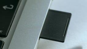Παρεμβάλλει την κάρτα SD στο lap-top φιλμ μικρού μήκους