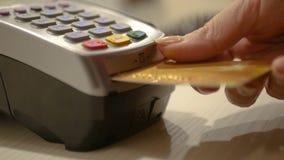 Παρεμβάλτε την πιστωτική κάρτα στο τερματικό και πιέστε τον κώδικα ασφαλείας για να ολοκληρώσετε την αγορά HD Στοκ φωτογραφίες με δικαίωμα ελεύθερης χρήσης
