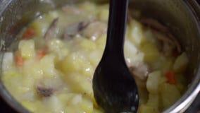 Παρεμπόδιση του πιάτου σε ένα τηγάνι απόθεμα βίντεο
