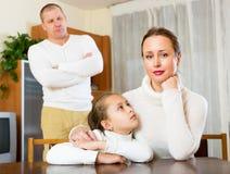 Παρηγοριά μητέρων στη φωνάζοντας κόρη Στοκ Εικόνες