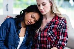 Παρηγορώντας καταθλιπτικός θηλυκός φίλος γυναικών στο σπίτι Στοκ φωτογραφίες με δικαίωμα ελεύθερης χρήσης