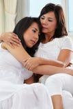 παρηγορώντας κόρη η μητέρα τη στοκ εικόνα με δικαίωμα ελεύθερης χρήσης
