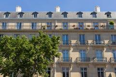 Παρισινή πρόσοψη οικοδόμησης, Γαλλία Στοκ εικόνα με δικαίωμα ελεύθερης χρήσης