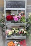 Παρισινή στάση λουλουδιών στοκ φωτογραφίες