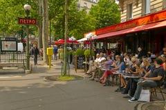 Παρισινή συνεδρίαση ανθρώπων στον καφέ πεζουλιών στο Παρίσι στοκ εικόνα με δικαίωμα ελεύθερης χρήσης