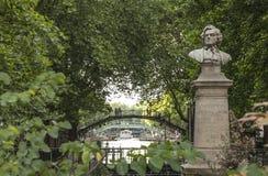 Παρισινός περίπατος - ένα άγαλμα και μια γέφυρα Στοκ Φωτογραφία
