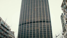 ΠΑΡΙΣΙ, ΓΑΛΛΙΑΣ - 31 ΔΕΚΕΜΒΡΙΟΥ, 2016 Κλίση Steadicam που πυροβολείται του γύρου Montparnasse, ένας από τους πιό ψηλούς ουρανοξύσ